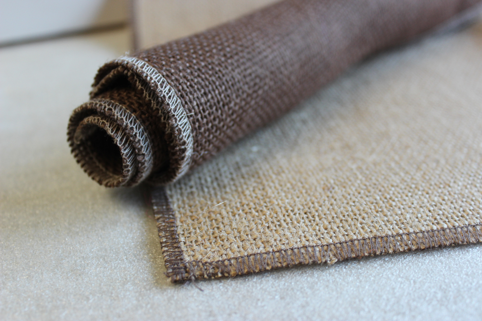 Set of Florida Sand Runner Brown Edge w/ 4 Contrasting Napkins