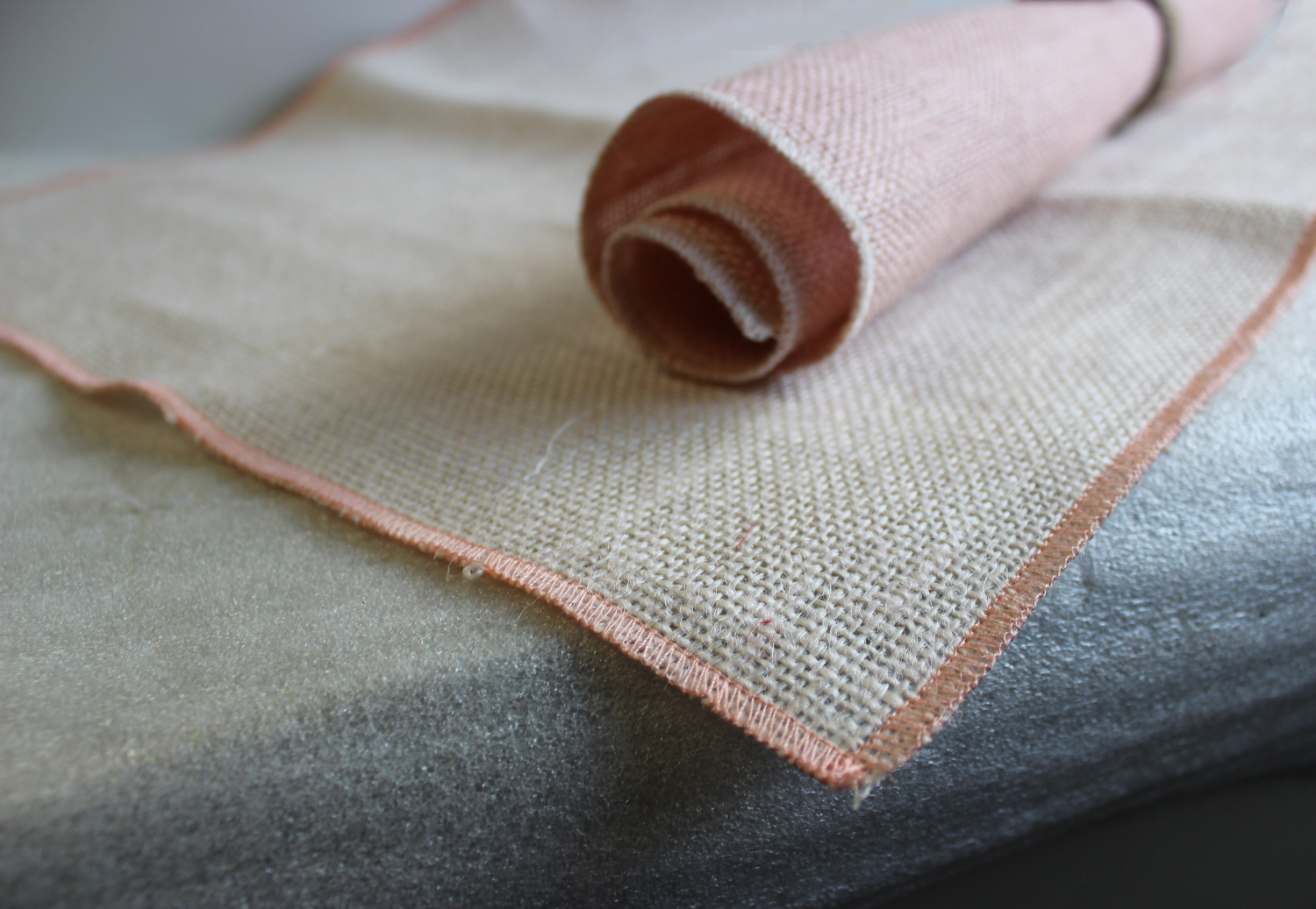 Set of Oyster Runner Peach Edge with 4 Contrasting Napkins