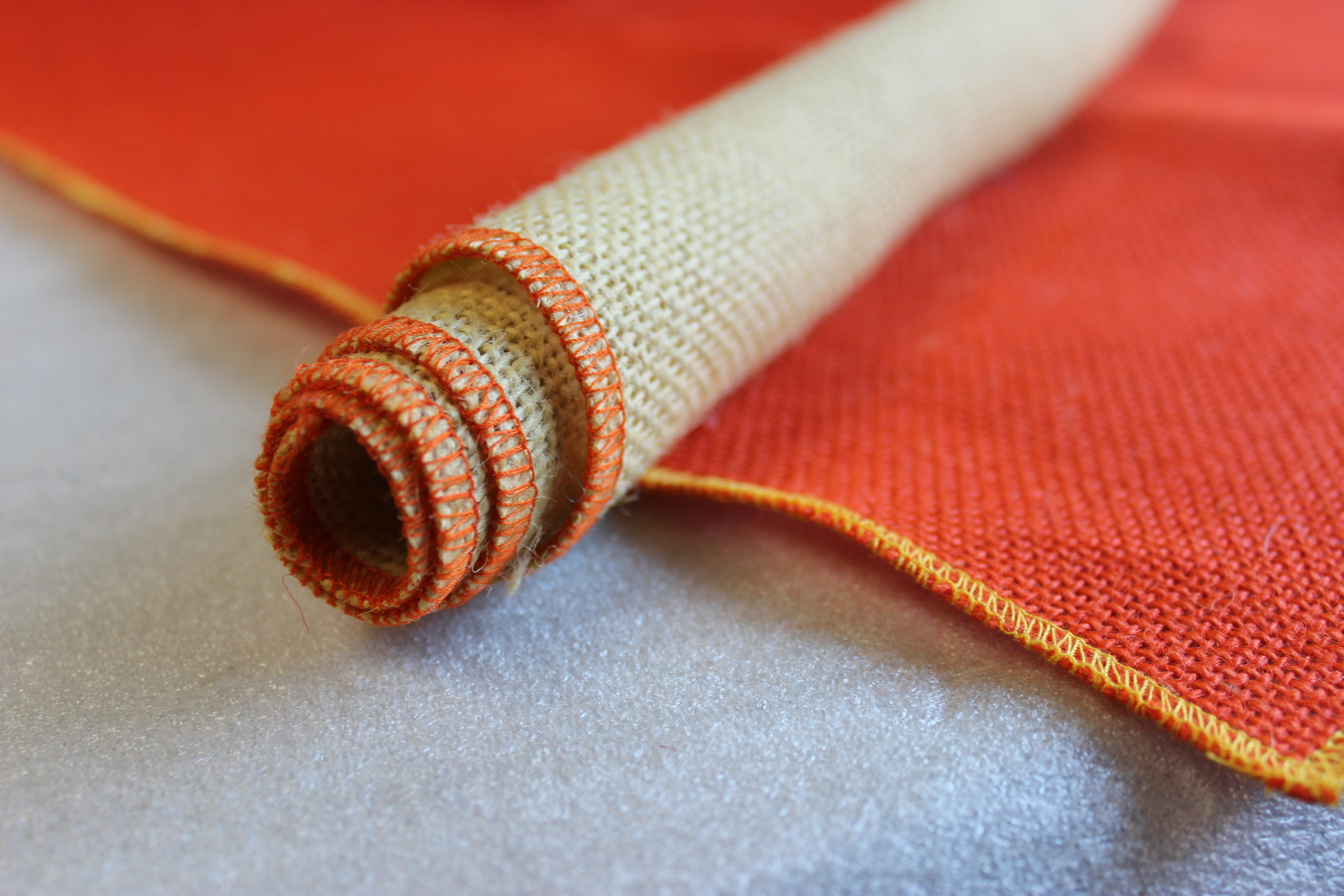 Set of Tangerine Runner Butter Edge with 4 Contrasting Napkins